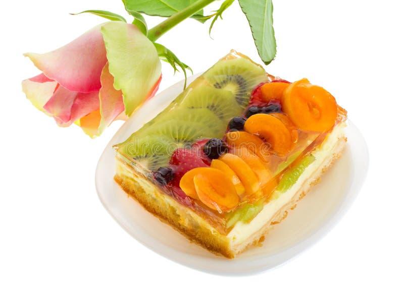 Klumpenkuchen mit Früchten und stieg stockfoto