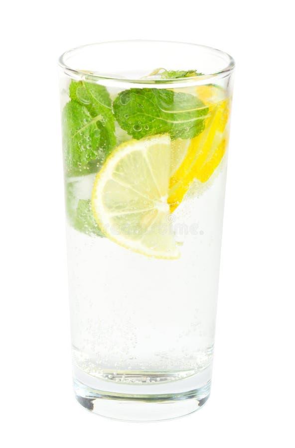 Klumpensoda mit Zitrone und Minze auf Weiß stockfotografie