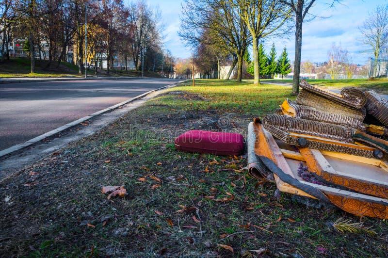 Klumpig avfalls på gatan arkivbild