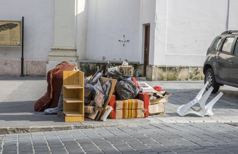 Klumpig avfalls på gatan Brutna sängar, avskrädemöblemang på trottoar som är klar för klumpig förlorad samling arkivfoto