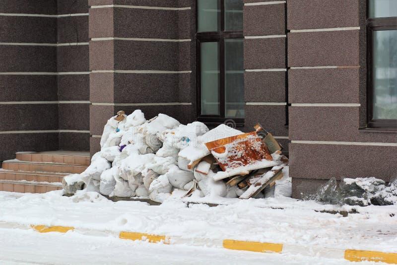 Klumpig avfalls på gatan, säckar av konstruktionsavskräde royaltyfri foto