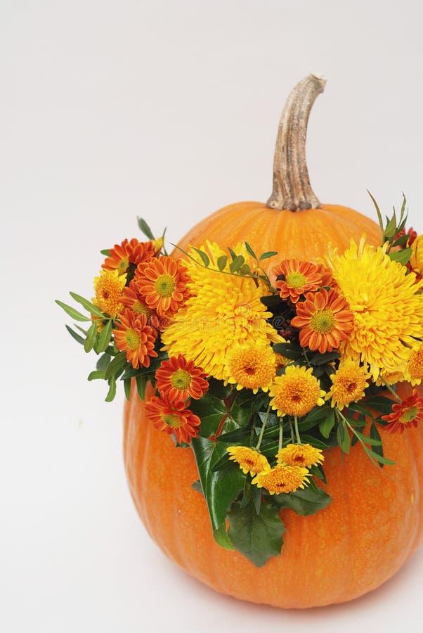 kluseczko orange Halloween lub jesień kwiatu przygotowania bukiet Jesieni atmosfera Pionowo wizerunek zdjęcia royalty free
