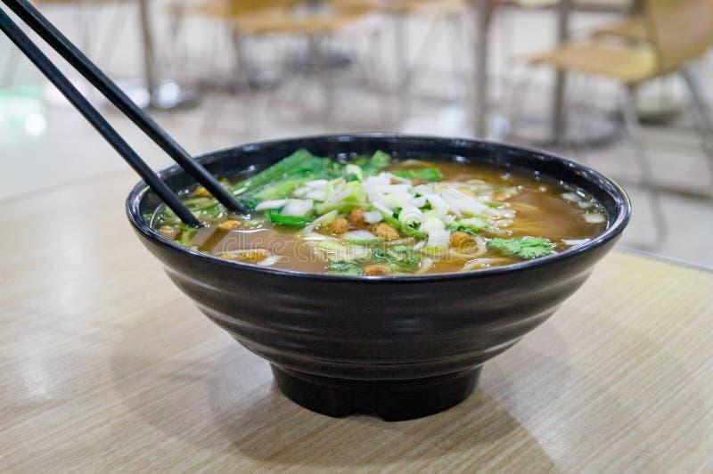 Kluski i Azjatycki rosół w Chińskiej fast food restauraci obrazy stock