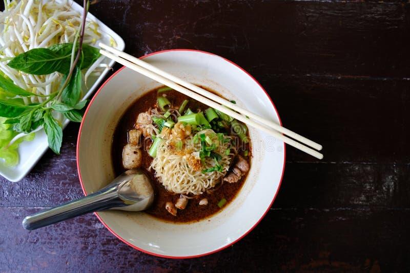 Kluski polewka z wieprzowiny warzywem na Drewnianym tle i mięsem wyśmienicie Zdrowy naczynia i diety jedzenie obraz stock