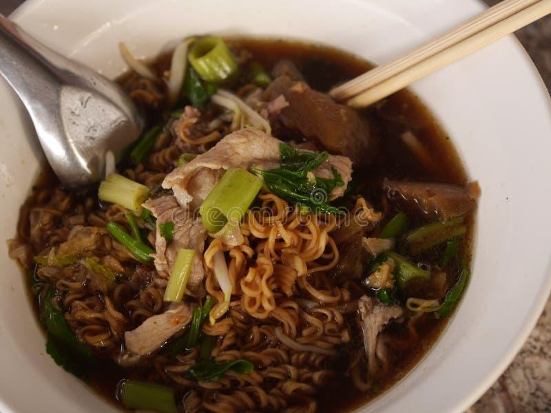 Kluski z gotowaną wieprzowiną Od Tajlandia W puchar polewce W filiżanki biopsi Tajlandzkim jedzeniu zdjęcia royalty free
