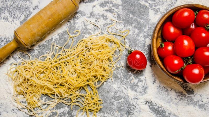 Kluski z pomidorami i toczną szpilką obrazy stock