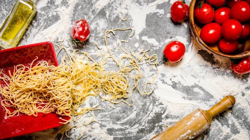 Kluski z pomidorami w tocznej szpilce i filiżance fotografia stock