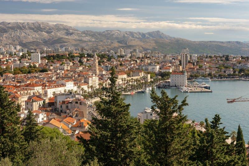 Kluven Kroatiensikt av staden arkivfoton