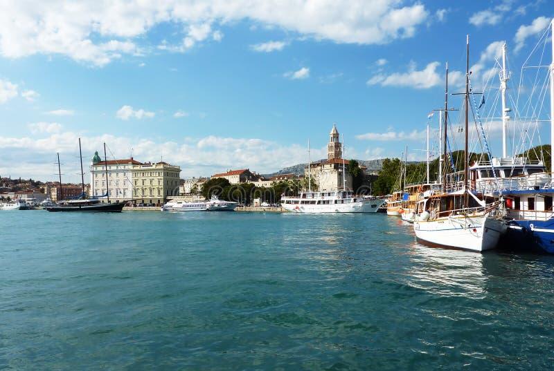 Kluven stadsport - Dalmatia, Kroatien arkivbild