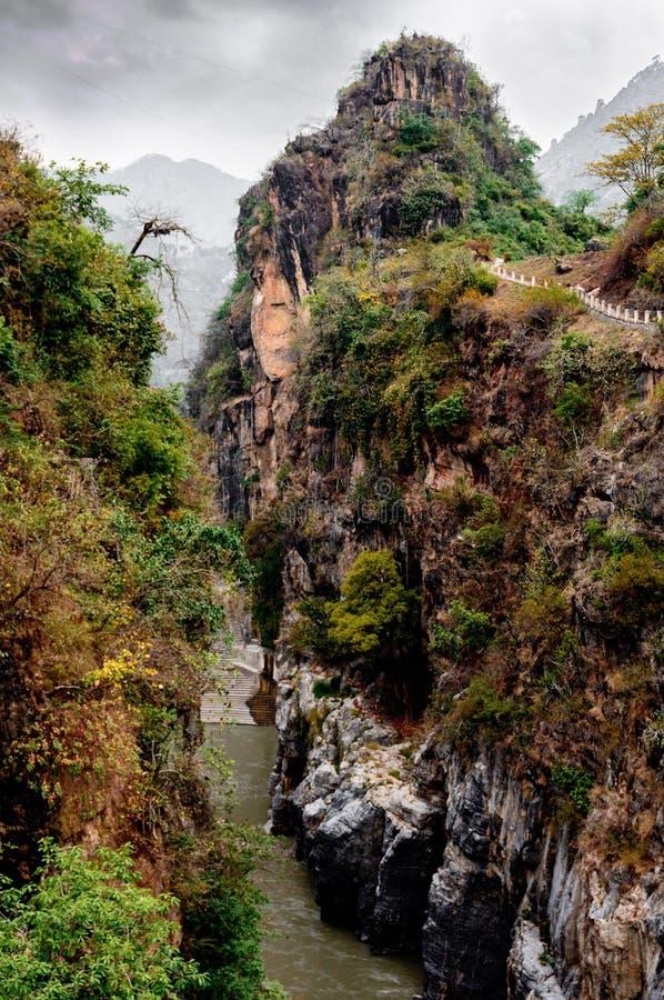 Klyfta av floden i himalayasna arkivfoton