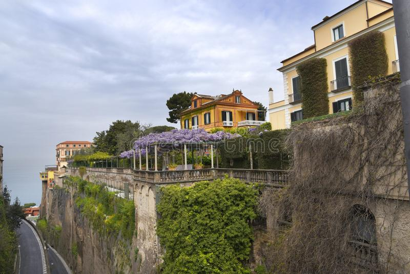 Klyftan ner till porten i Sorrento Italien arkivbild