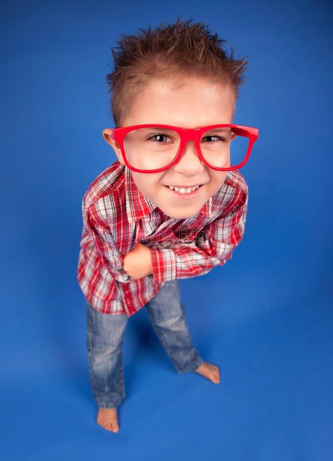 Klyftig nerdy pojke arkivfoto