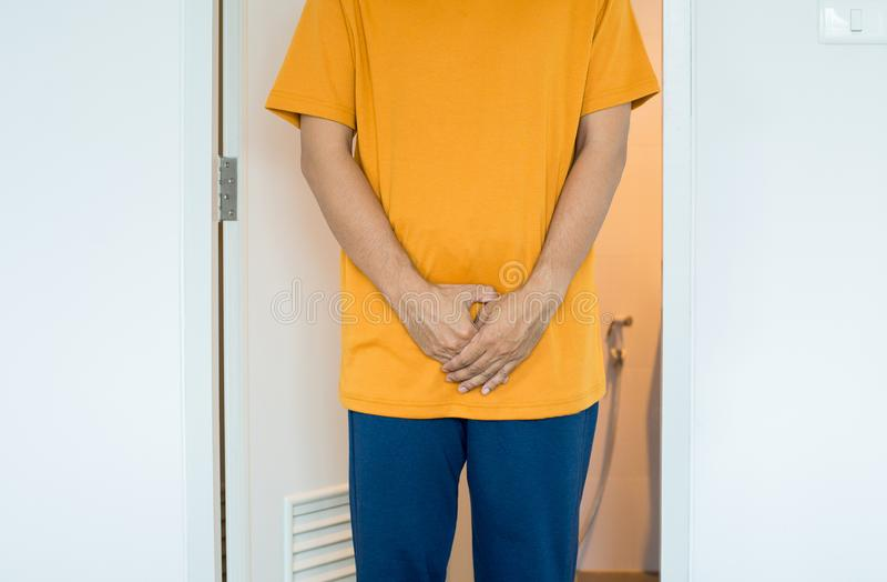 Klyka för handmaninnehav, manligt behov att kissa på toaletten, prostatacancer royaltyfri fotografi