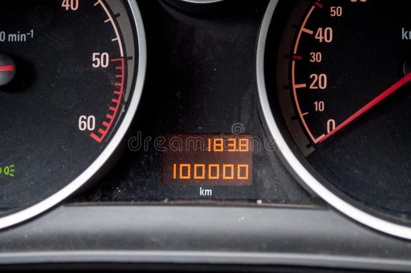 100 000 km in auto stock afbeelding