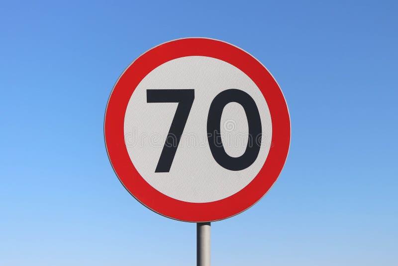 70 km-/hHöchstgeschwindigkeits-Verkehrsschild mit einem Hintergrund des blauen Himmels stockfoto