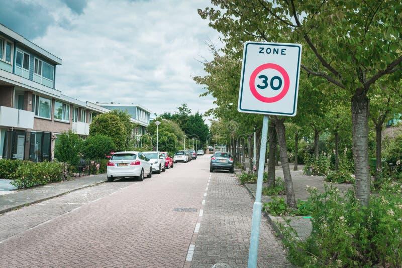 30 km-streek, in het stedelijke gebied, schooljonge geitjes, teken royalty-vrije stock afbeeldingen