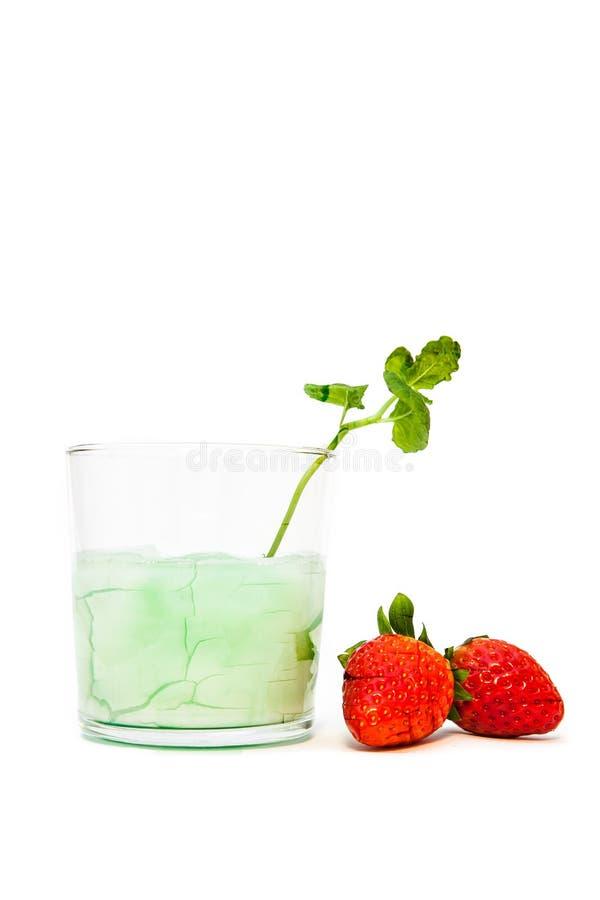 Knäcka exponeringsglas och jordgubbar arkivbild