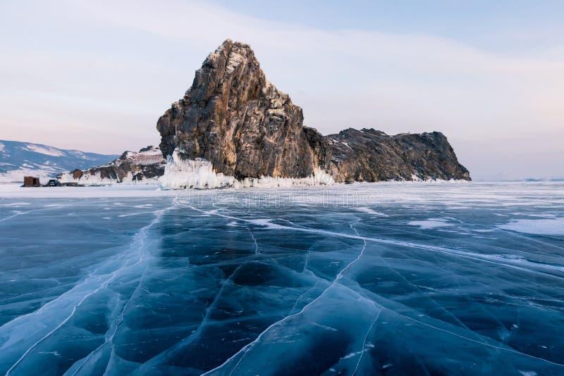 Knäcka frysa vattensjön med den steniga ön, vintersäsongen Baikal Ryssland royaltyfri fotografi