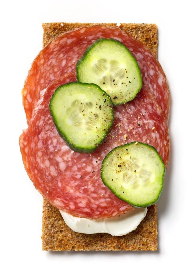 Knäckebröd med gräddost och salami fotografering för bildbyråer