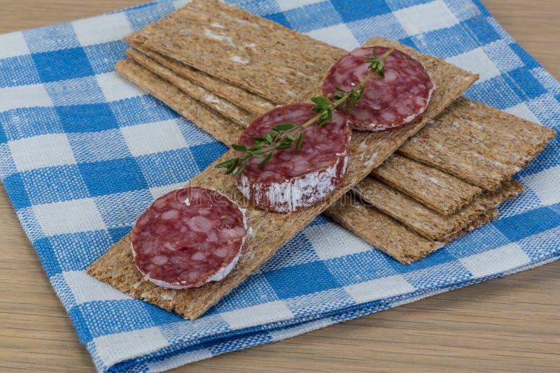 Knäckebröd med salami arkivfoto