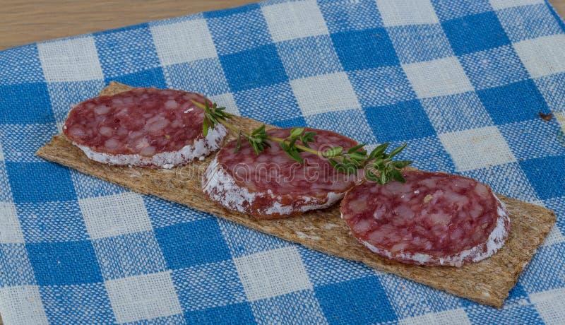 Knäckebröd med salami royaltyfria foton