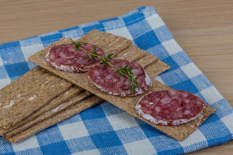 Knäckebröd med salami royaltyfria bilder