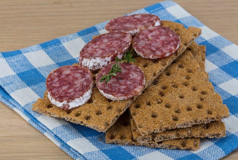 Knäckebröd med salami arkivfoton