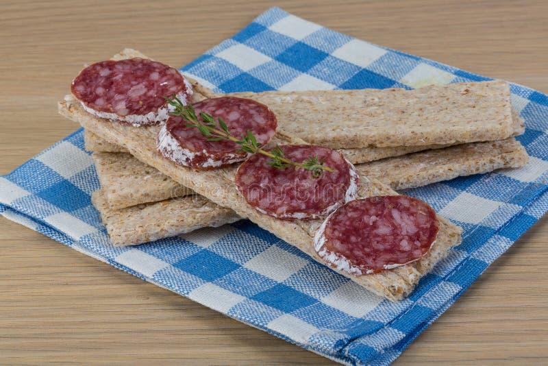 Knäckebröd med salami royaltyfri fotografi