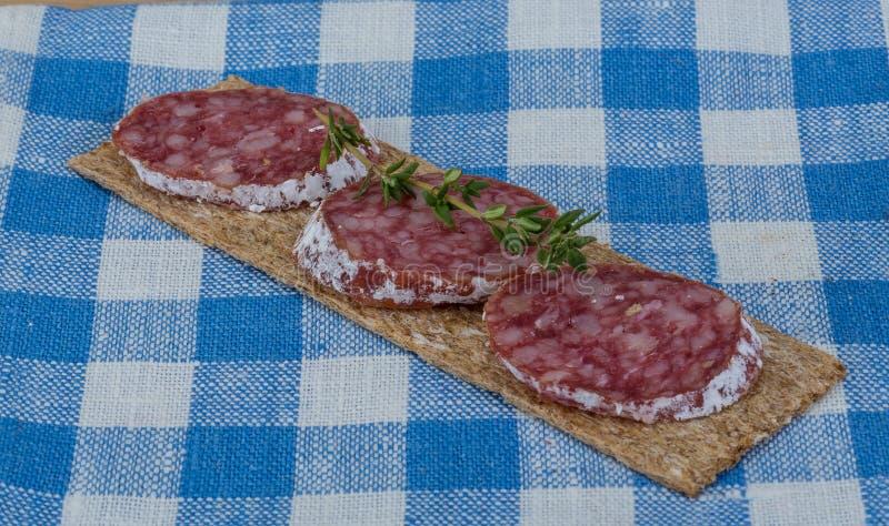Knäckebröd med salami royaltyfri foto