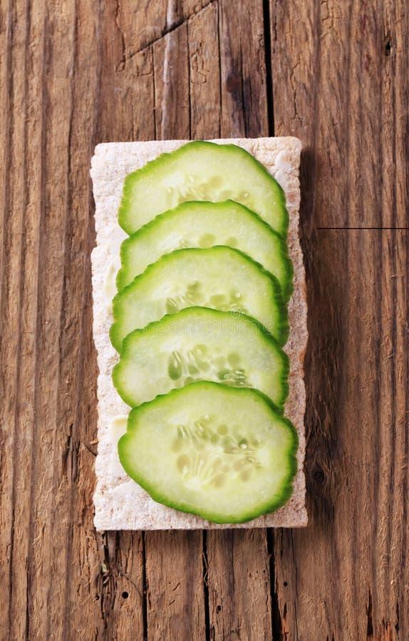 Knäckebrood en verse komkommer royalty-vrije stock afbeeldingen