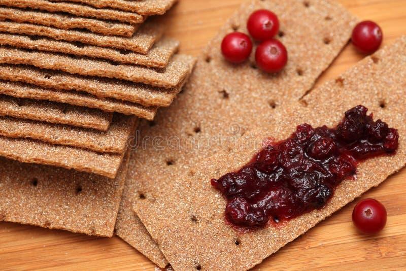 Knäckebrood met Amerikaanse veenbessaus stock foto