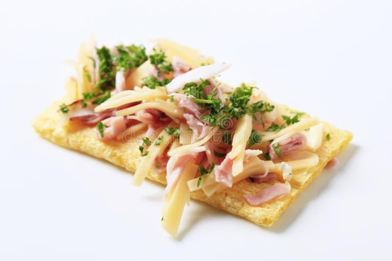 Knäckebrood met ham en kaas stock afbeeldingen