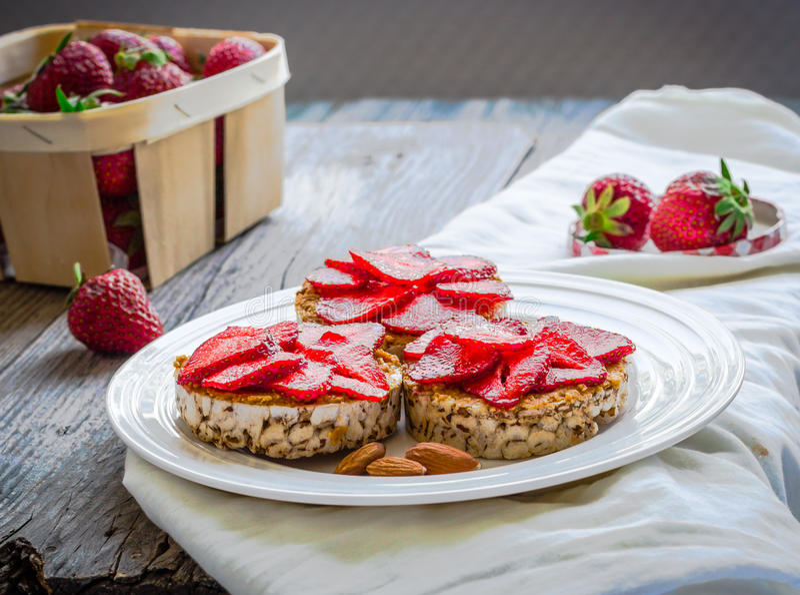 Knäckebrood met pindakaas en verse aardbeien op een ronde stock afbeelding