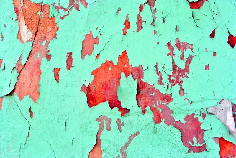 Knäckt mjuk turkosmålarfärg, murbrukyttersida på den röda väggen, grungehorisontalsjaskig bakgrundsdetalj arkivbilder