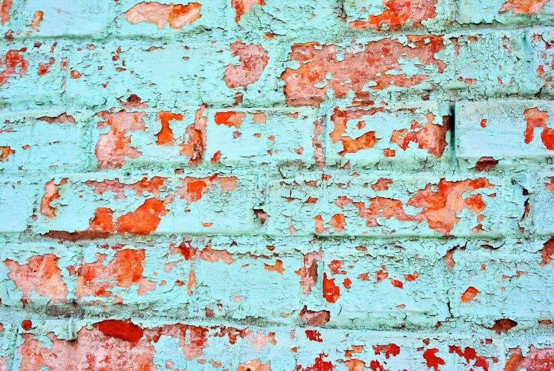 Knäckt mjuk turkosmålarfärg, murbrukyttersida på väggen för röd tegelsten, grungehorisontalsjaskig bakgrundsdetalj fotografering för bildbyråer