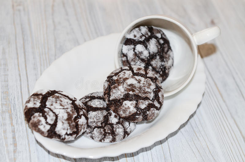 Knäckte chokladkakor med pudrat socker och arkivbild