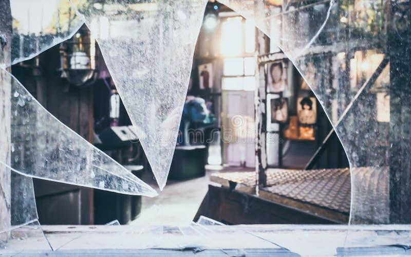 Knäckte den farliga olyckan för brutet exponeringsglas skadat fotografering för bildbyråer