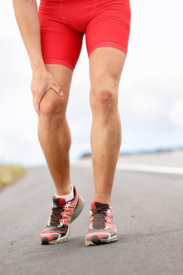 Knäet smärtar - körande sportskada royaltyfri foto