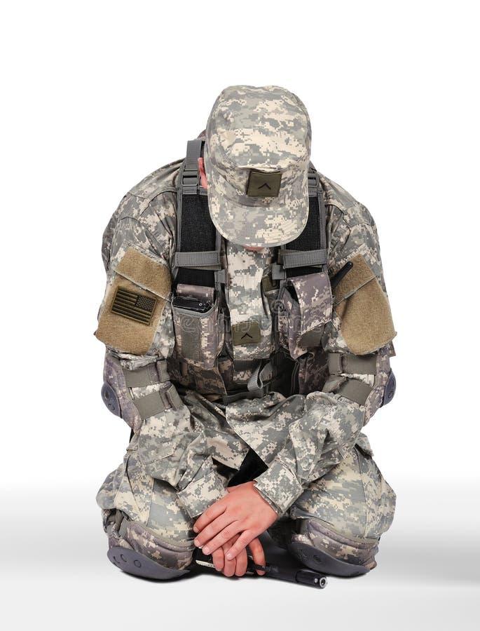 Knäfalla för soldat royaltyfri foto