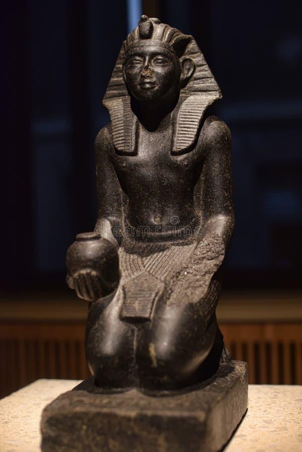 Knäfalladiagram statyett be Sobekhotep V royaltyfri bild