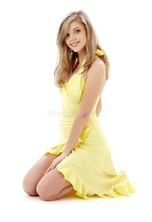 knäfallen yellow för klänning flicka royaltyfria foton