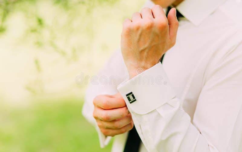 Knäppas manschetter Brudgummen bär cufflinks Affärsmanmellanlägg royaltyfri foto