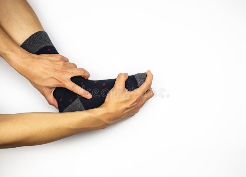 Knöchelschmerz mit dem Socken- und Handmassieren lizenzfreies stockbild