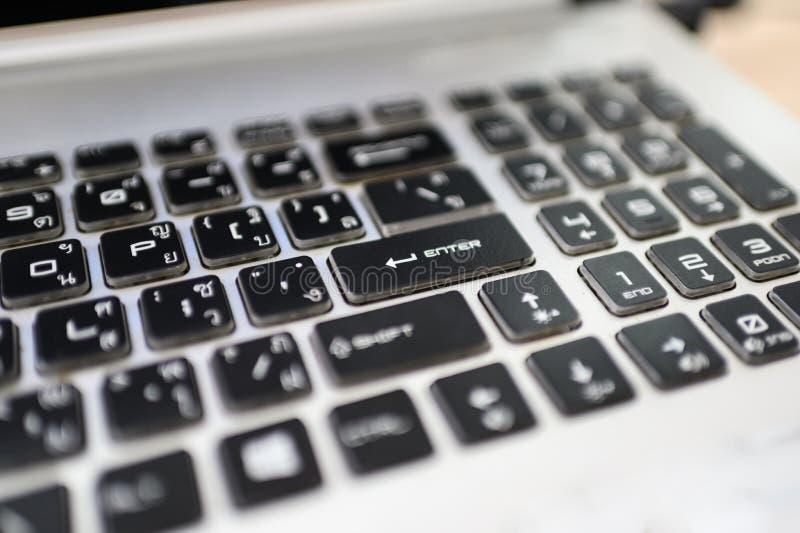 Kn?pfe von Schwarzweiss mit Thail?ndisch-englischer Tastatur auf Laptop stockfotografie