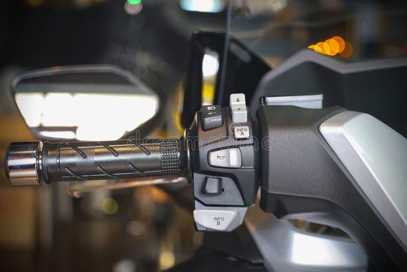 Knöpfen Sie Hornschalter- und -Blinkermotorrad auf einer Motorradlenkstange lizenzfreie stockfotos