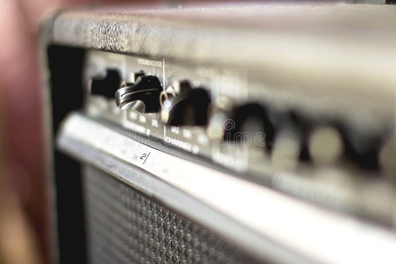 Knöpfen Sie und justieren Sie den Lautstärkeregler lizenzfreie stockfotos