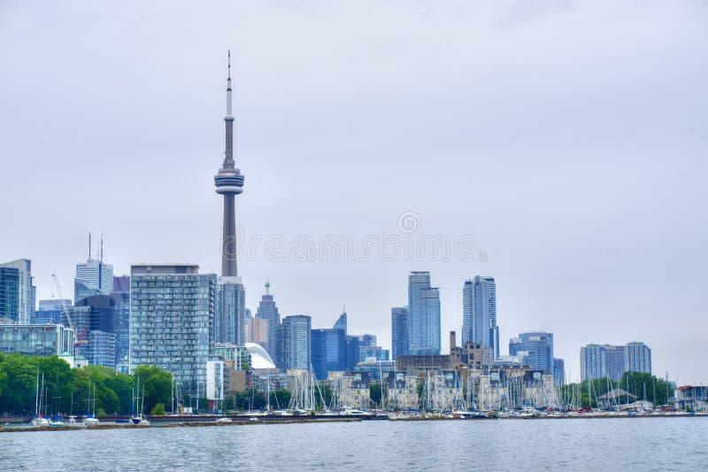 KN-Turm und Wolkenkratzer von Toronto, Kanada vom Ontario See lizenzfreie stockfotografie
