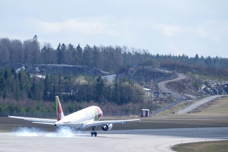KNACKA LÄTT PÅ Air Portugal, flygbussen A320 - landning 251N fotografering för bildbyråer
