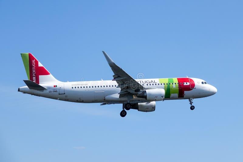 KNACKA LÄTT PÅ Air Portugal, strålflygplan för flygbuss A320/nivå fotografering för bildbyråer