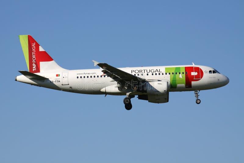 KNACKA LÄTT PÅ den Air Portugal flygbussen A319-100 royaltyfria foton
